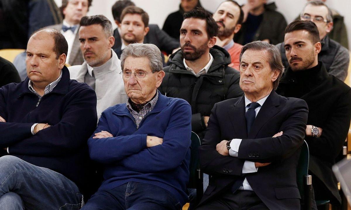 Miguel Artxanko presidente ohia, lehen lerroan, eskuinean, eta gainerako auzipetuak, atzo, epaitegian. ©JESUS DIGES / EFE
