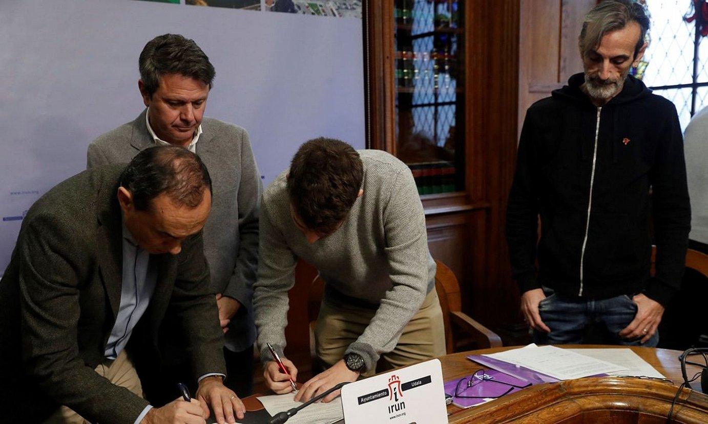 Irungo PSEko eta Elkarrekin Podemoseko ordezkariak, akordioa sinatzeko ekitaldian, atzo. ©JAVIER ETXEZARRETA / EFE
