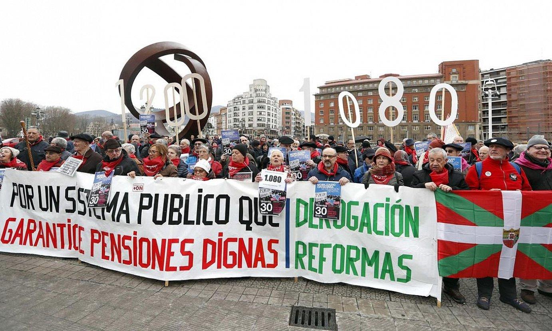 Hego Euskal Herriko pentsiodunen elkarteetako ordezkariak Bilbon elkartu ziren atzo. ©LUIS TEJIDO / EFE