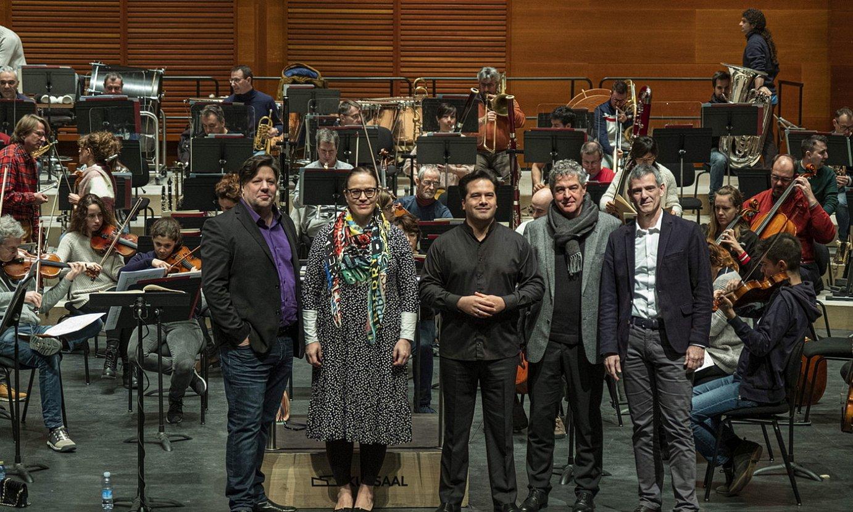 Euskadiko Orkestra Sinfonikoak Parisen eta Istanbulen emango dituen kontzertuen aurkezpena, atzo, Donostiako Kursaalean. ©JON URBE / FOKU