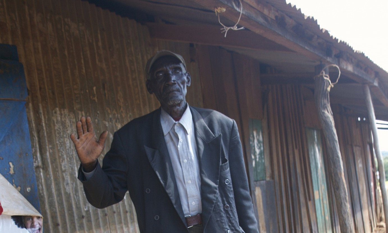 Francis Kelwone nekazari eta abeltzaina da. Bera da Munduko Bankuaren aurka jo duenetako bat. ©OSKAR EPELDE