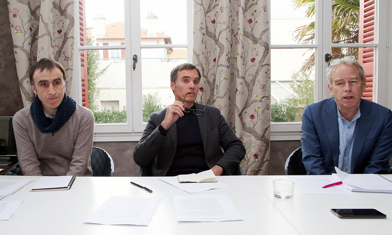 Egoitz Urrutikoetxea, Laurent Pasquet-Marinacce abokatua eta Andy Carl aditua, atzo, Miarritzen egindako agerraldian. / BOB EDME