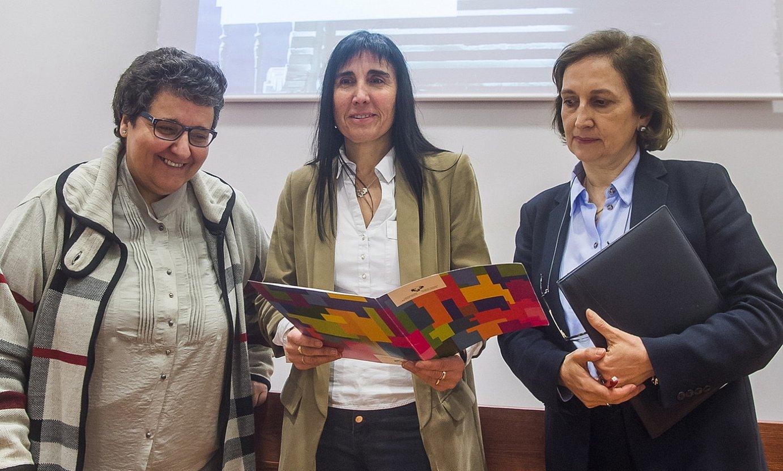 Nekane Balluerka, erdian, Txelo Ruiz eta Araceli Garin errektoreordeekin. ©LUIS JAUREGIALTZO / FOKU