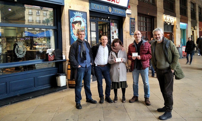 Sariketaren antolatzaileak eta sarituak, atzo, Bilboko Cafe Bar Bilbaoko atarian. ©TARTEAN TEATROA