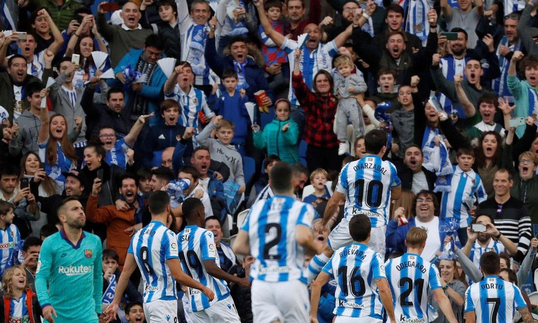 Realeko jokalariak Mikel Oiartzabalen gola ospatzen, Anoetan, Bartzelonaren aurkako neurketan. ©JAVIER ETXEZARRETA / EFE