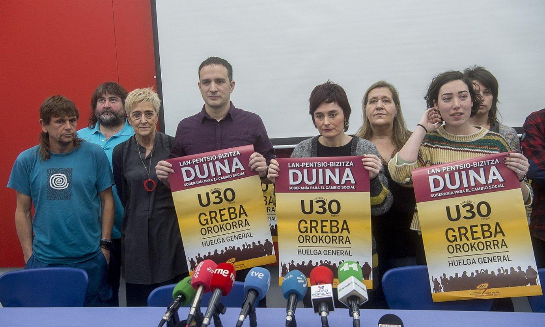 Euskal Herriko Eskubide Sozialen Gutuneko kide diren sindikatuetako ordezkariak, greba deialdirako afixarekin. ©LUIS JAUREGIALTZO /FOKU