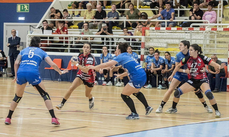 Alba Sanchez, baloiarekin, Bera Berak eta Zuazok lehen itzulian Bidebietan jokatutako partidan. ©GORKA RUBIO / FOKU