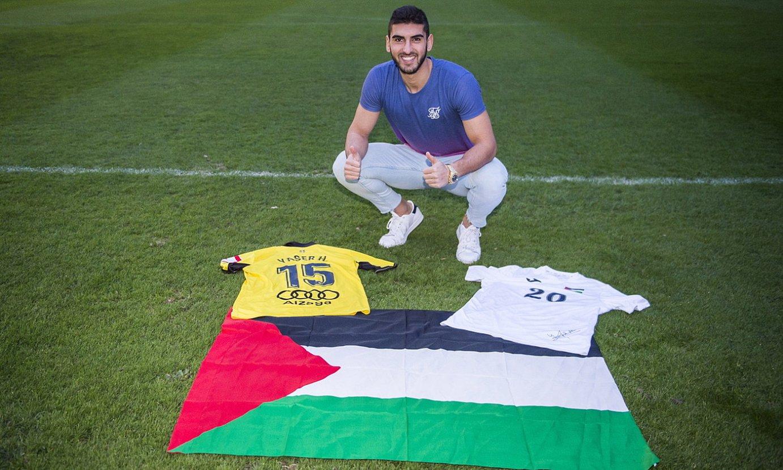 Yaser Hamed Mayor, Palestinako banderarekin eta Portugaleteko eta Palestinako selekzioko elastikoekin, La Florida estadioan. ©MARISOL RAMIREZ / FOKU