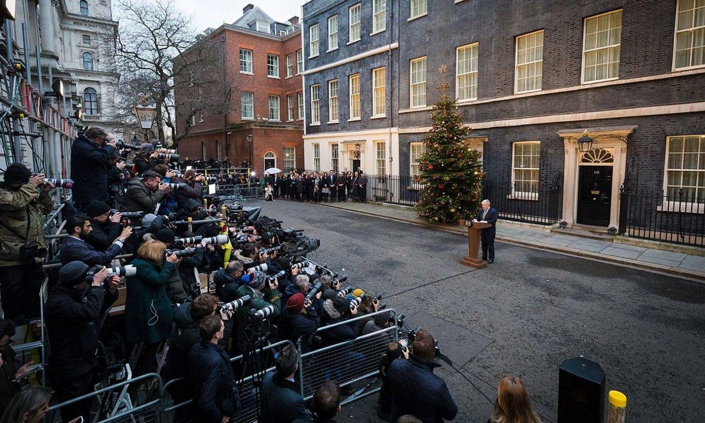 Boris Johnson Downing Streeten, kazetarien aurrean, iazko abenduko hauteskundeak irabazi eta gero. Txostenaren egileentzat, kanpaina hori da politikarien arduragabekeriaren adibidea. ©VICKIE FLORES / EFE