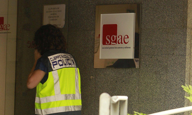 Polizia SGAEren egoitza miatzen, 2017ko ekainean. ©LUIS MILLAN / EFE
