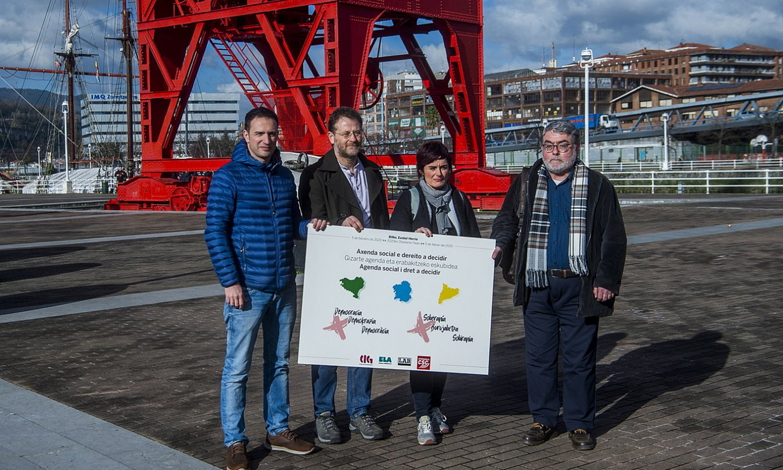Mitxel Lakuntza (ELA), Paulo Carril (CIG), Garbiñe Aranburu (LAB) eta Carles Sastre (CSC), atzo, Bilbon. ©LUIS JAUREGIALTZO / FOKU