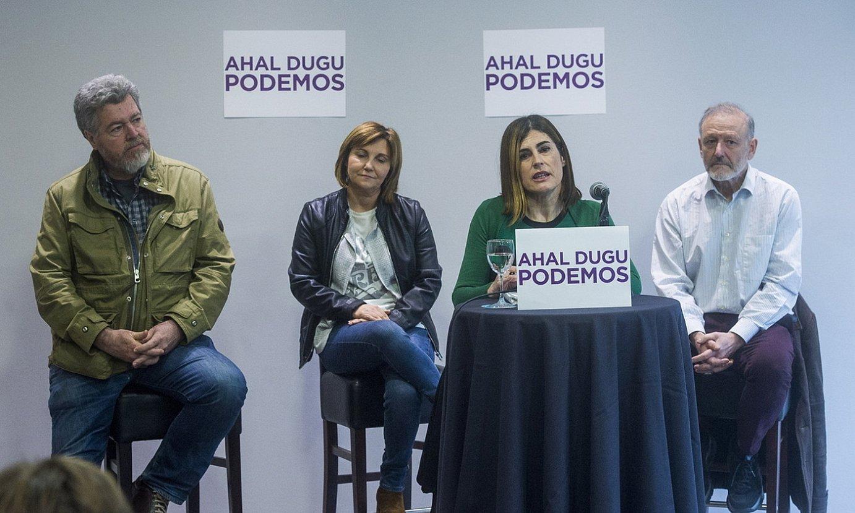 Miren Gorrotxategi, atzo, Ahal Dugu-ren diputatuek babestuta, bere hautagaitza aurkezten. ©LUIS JAUREGIALTZO / FOKU
