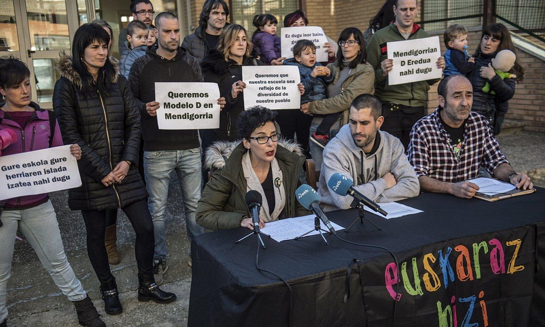 Mendigorriko gurasoak eta euskalgintzako ordezkariak, herenegun eginiko agerraldian. ©JAGOBA MANTEROLA / FOKU