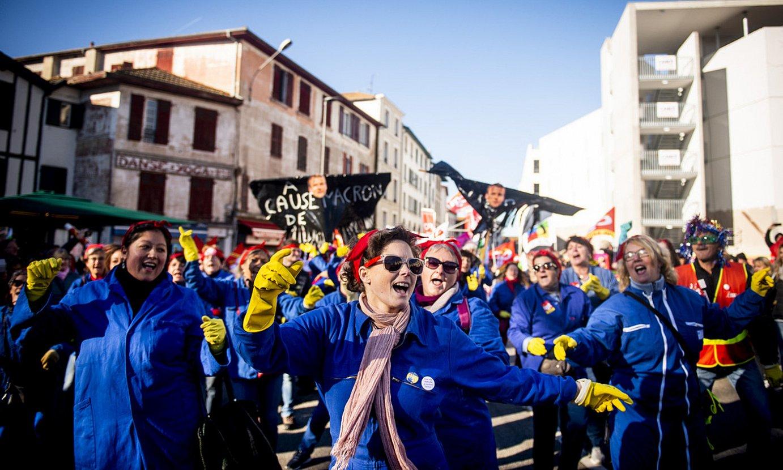 Emakume grebalariek <em>flashmob-</em>a egin zuten atzoko manifestazioan. ©GUILLAUME FAUVEAU