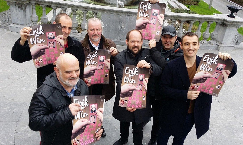 Jon Aizpurua (Donostia Kultura), Aitor Atxega, Imanol Kamio, Unai Muñoa, Asier Sota eta Ander Lizarralde, Donostian, emanaldiko kartelekin. ©DONOSTIA KULTURA