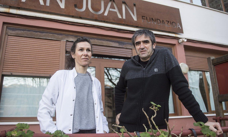 Saioa Lasa eta Joseba Ilarramendi, San Juan zahar etxeko atarian. ©GORKA RUBIO / FOKU