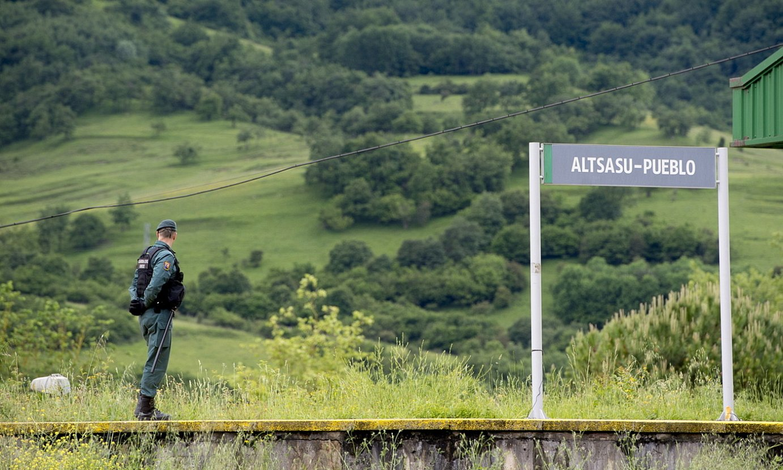 Guardia zibil bat Altsasun, artxiboko irudi batean. ©IÑIGO URIZ / FOKU