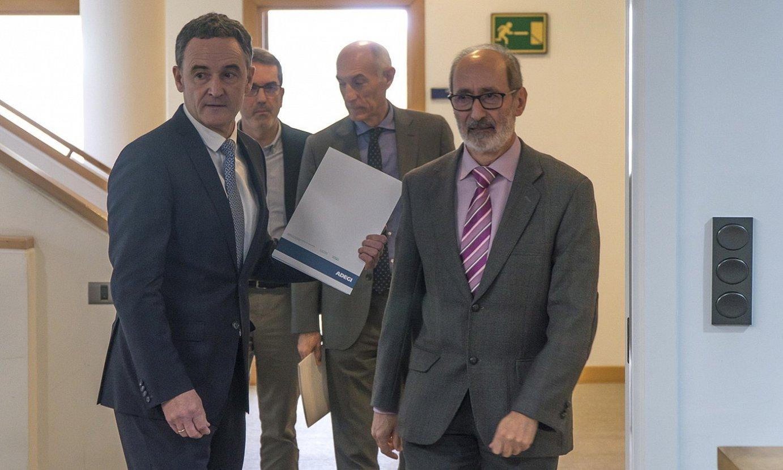 Lehen planoan, Jose Miguel Aierza Adegiko zuzendari nagusia eta Eduardo Junkera presidentea. ©ANDONI CANELLADA / FOKU