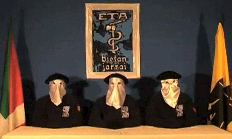 ETAko hiru kide, eraso ekintza armatuen etetearen erabakia jakinanazteko BBCk 2010eko irailaren 5ean eskaini zuen bideoaren irudi batean. / BERRIA