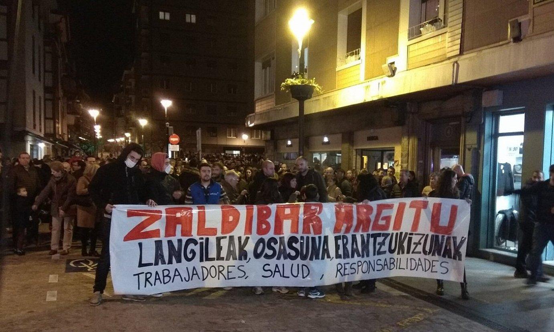 <b>Mobilizazioak.</b> Eibarren, Zaldibarren, Mallabian, Ermuan eta Markinan egin zituzten manifestazioak atzo. Argazkian, Ermukoa. / I. MAGRO