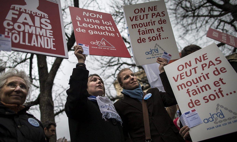 Jendea protestan Parisen, eutanasia legeztatzeko eskatzen. ©IAN LANGSDON / EFE