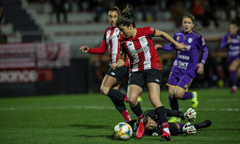 Athleticeko Lucia Garcia aurrelaria Granadillako Aline Reis atezaina atzean uzten, atzo, Lezaman. ©ARITZ LOIOLA / FOKU