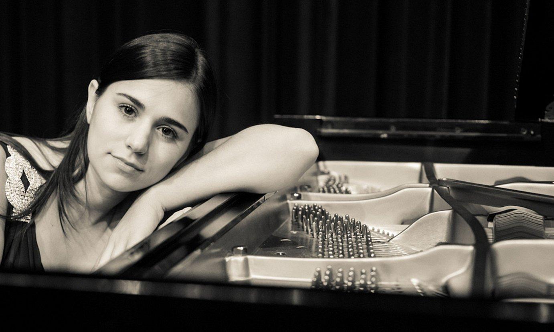 Julia Siciliano piano jotzailea, artxiboko argazki batean. ©V. VALENTIN