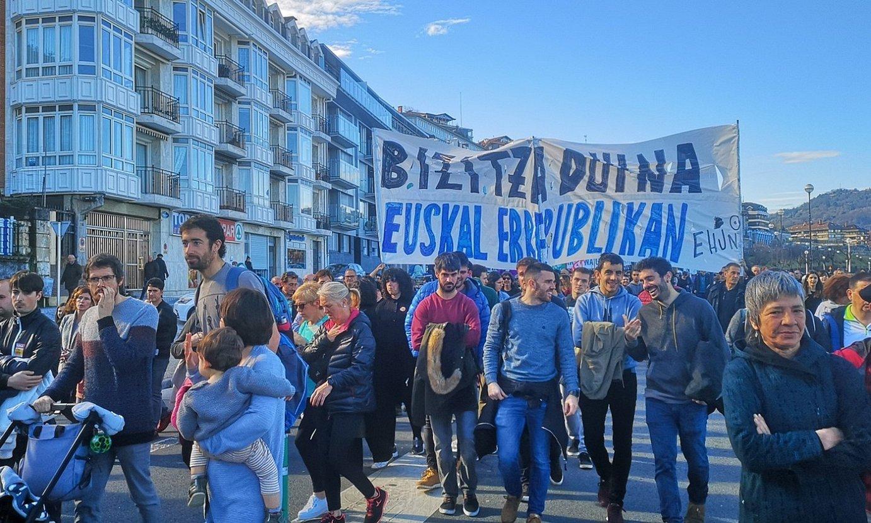 <b>Donostia.</b> Euskal errepublikaren aldeko aldarria, urtarrilaren 30ean, Donostian, greba orokor deialdiaren egunean. ©BERRIA