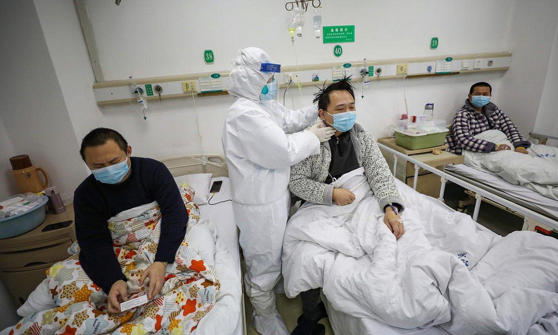 Mediku bat koronabirusak jotako gaixoak artatzen, atzo, Wuhango Jinyintan ospitalean. ©YUAN ZHENG / EFE