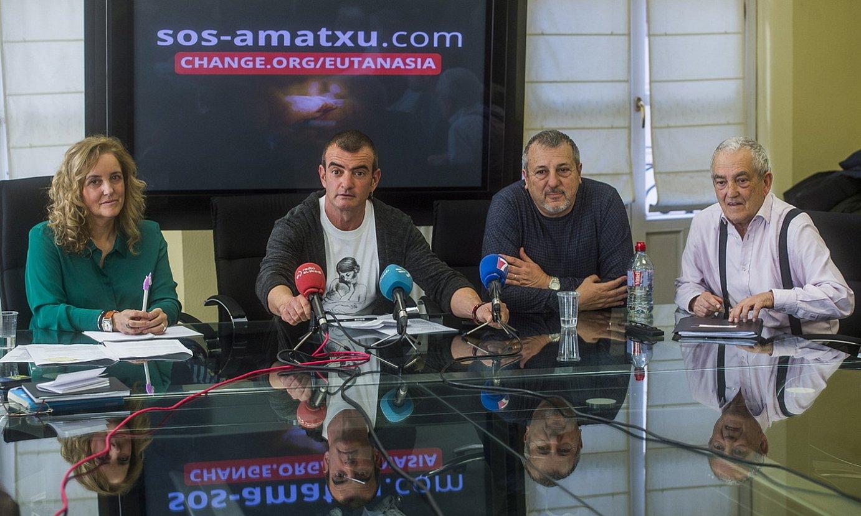 Asun Gomez Bueno, Danel Lorente, Marcos Hourmann eta Txema Lorente, atzo, Portugaleten. ©LUIS JAUREGIALTZO / FOKU