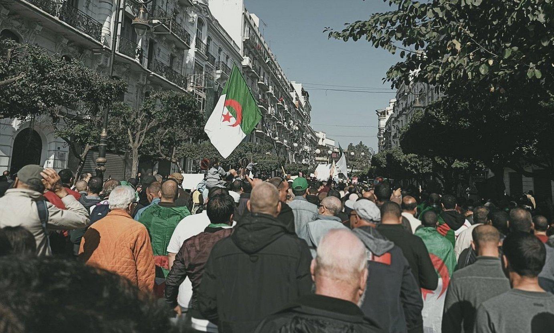 Atzo ere protesta egin zuten Aljeriako herritarrek, aurreko 51 ostiraletan bezala. ©BERRIA