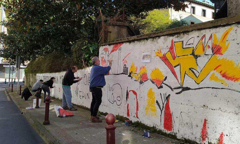 Hernanin, atzo, euskal errepublikaren alde mural bat margotzen. ©EHUN