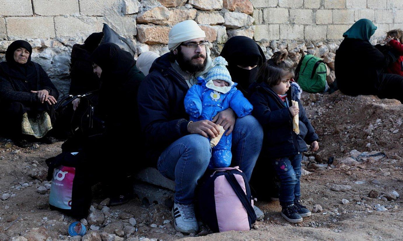 Idlib probintziatik ihes egindako familia bat, otsail hasieran, Turkiaren eta Siriaren arteko mugatik gertu. ©YAHIA NEMAH / EFE