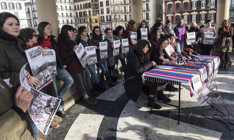 Euskal Herriko Mugimendu Feministako ordezkariak, atzo, Gazteluko plazan. ©JAGOBA MANTEROLA / FOKU