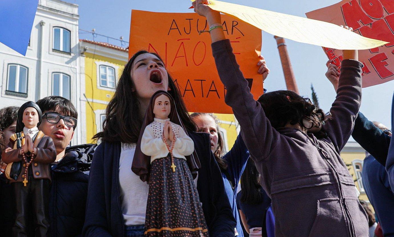 Eutanasiaren aurkako ekintzaileak protesta egiten atzo, Lisboan, Bizitzaren Aldeko Federazioa elkarteak deituta. ©TIAGO PETINGA / EFE