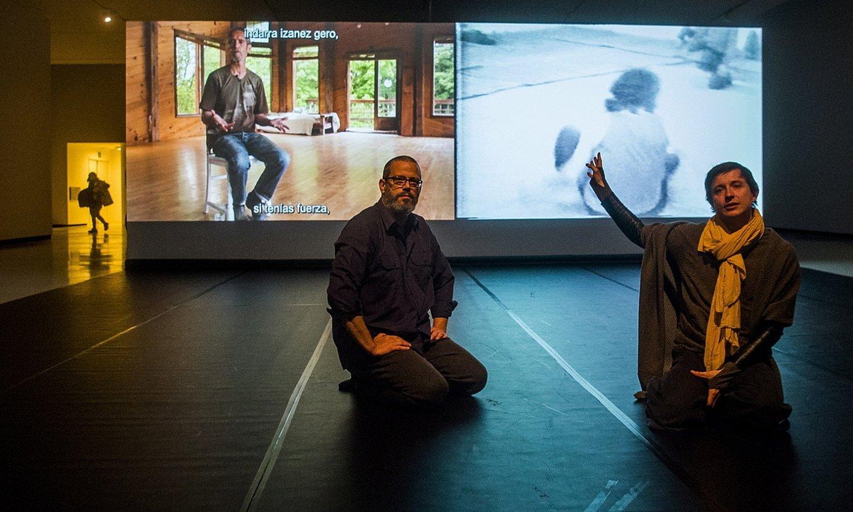 Bilboko Azkuna zentroak Steve Paxton koreografoari eskaini dion erakusketako irudi bat. ©LUIS JAUREGIALTZO / FOKU