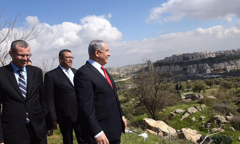 Benjamin Netanyahu Israelgo lehen ministroa —eskuinean—, Jerusalemgo Har Homa kokagunearen parean, joan den ostegunean. ©DEBBIE HILL / EFE