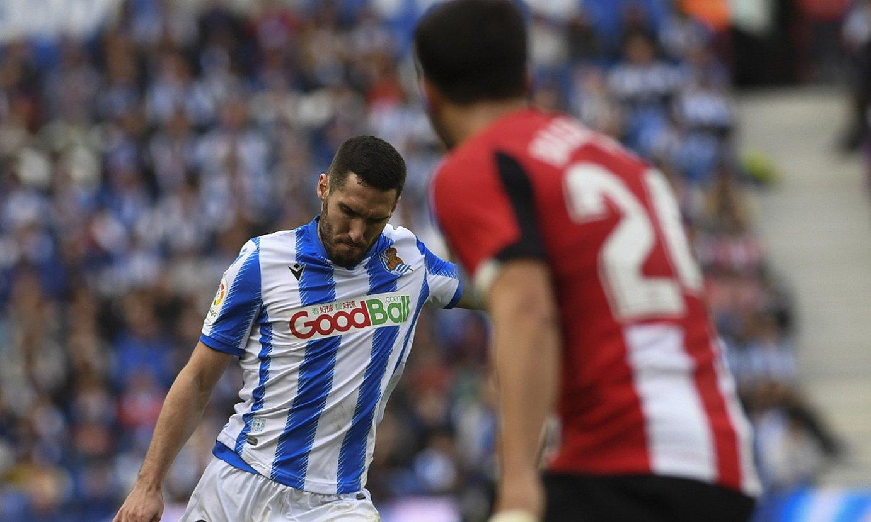 Joseba Zaldua, pase bat ematen, Athleticen aurkako derbian. ©JON URBE / FOKU