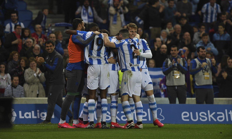Realeko jokalariak atzo, Anoetan, Adnan Januzajek sartutako gola ospatzen, partidako hirugarrena. ©JON URBE / FOKU