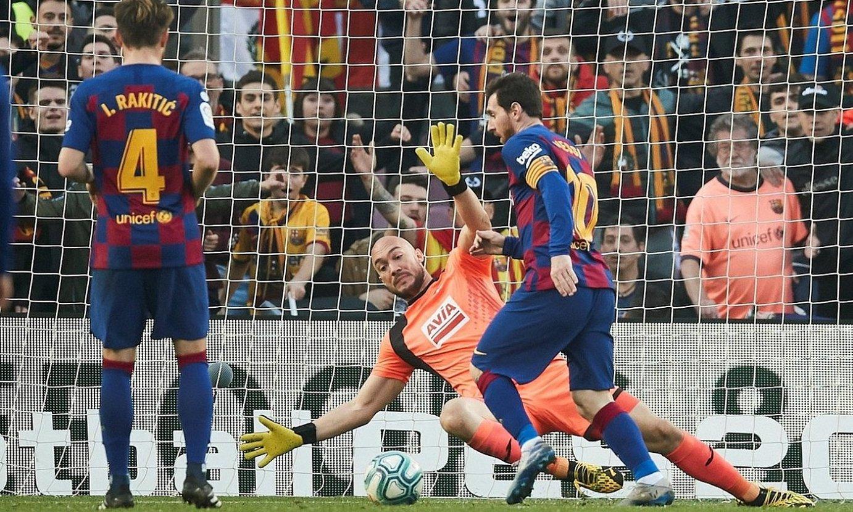 Lionel Messi, laugarren gola sartzear, atzo, Camp Noun. ©ALEJANDRO GARCIA / EFE