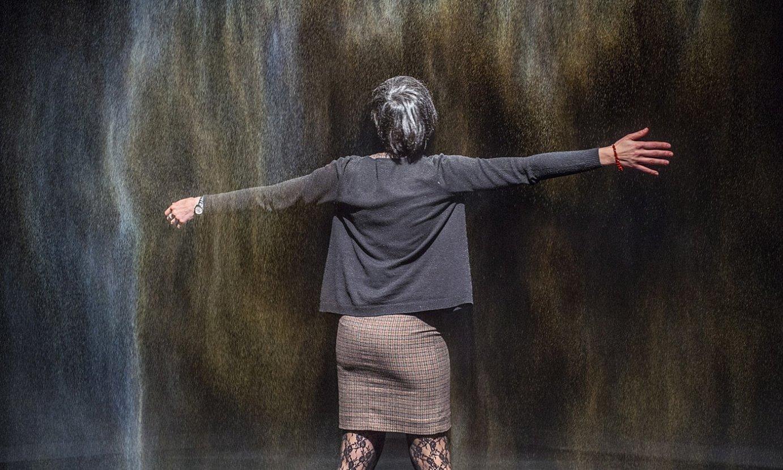Bisitari bat <em>Olafur Eliasson: Bizitza errealean</em> erakusketan. ©MARISOL RAMIREZ / FOKU