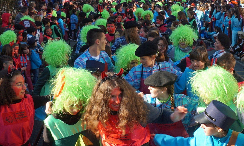Tolosako kaleen izenak mozorro bihurtu ditu Kazkabarra taldeak. ©G.A / FOKU