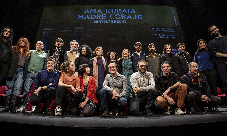 Bilboko Arriaga antzokiak estreinatuko duen Bertolt Brecht antzerkigilearen <em>Ama kuraia</em> antzezlanean parte hartuko duen lantaldea. ©ARITZ LOIOLA / FOKU