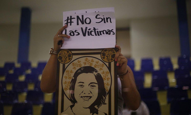 Giza eskubideen aldeko ekintzaile bat �adiskidetze legearen� kontra protestan, asteazkenean, El Salvadorko Asanblea Legegilean. ©RODRIGO SURA / EFE