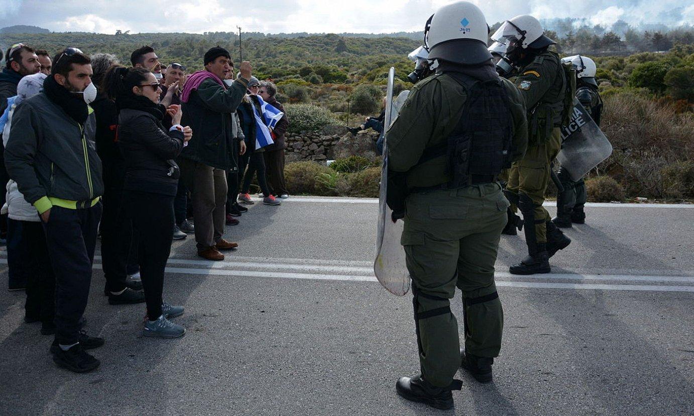 Lesbosko hainbat herritar eta poliziak, parez pare, atzo. ©PANAGIOTIS BALASKAS / EFE