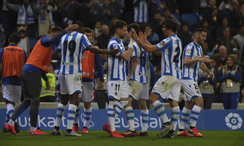 Realeko jokalariak, aurreko jardunaldian, Adnan Januzajek sartutako gola ospatzen. Txuri-urdinek 3-0 irabazi zioten Valentziari. ©JON URBE / FOKU