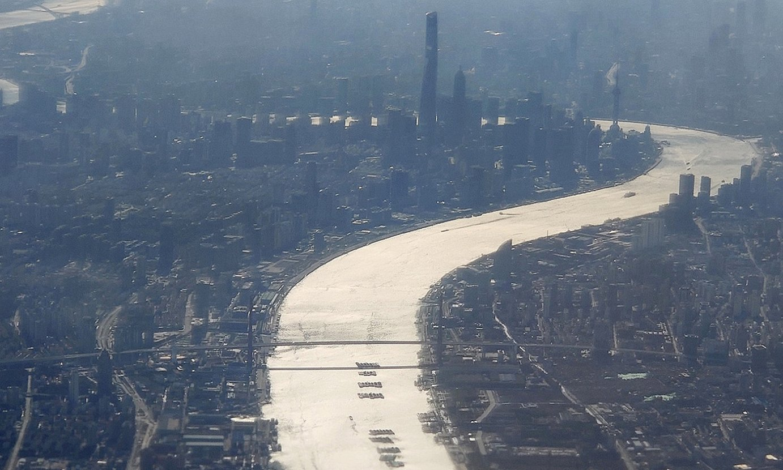 Huangpu ibaia, Shanghai zeharkatzen, txalupen eta itsasontzien ohiko trafikorik gabe. ©ZIGOR ALDAMA