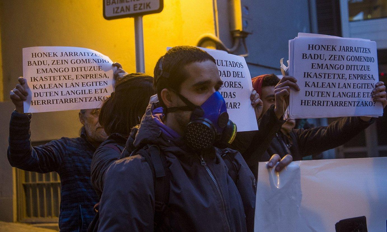 <b>Ermua.</b> Otsailaren 17an herri batzar informatiboa egin zuten, eta kanpo aldean protesta egin zuten, Zaldibar Argitu plataformak deituta. / L. J. / FOKU