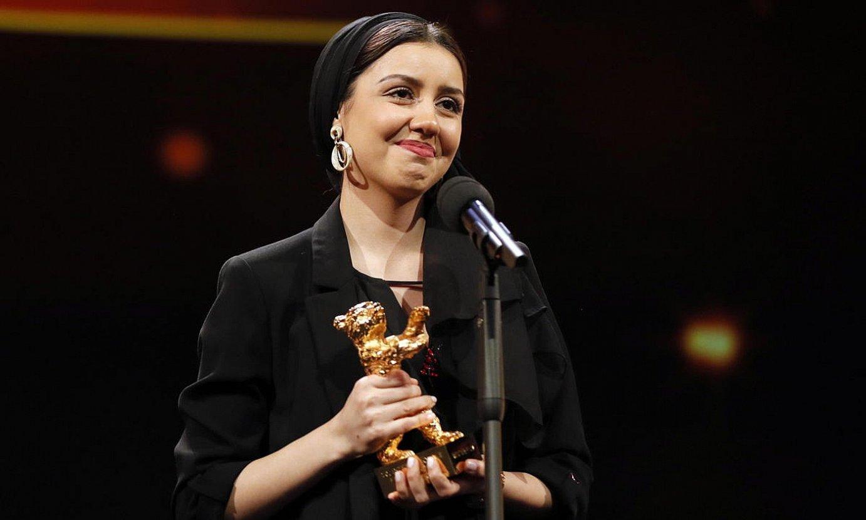 Baran Rasulof aktoreak jaso zuen Urrezko Hartza Mohammad Rasulofen partez, atzo. ©RONALD WITTEK / EFE