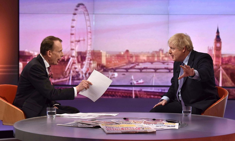 Boris Johnson —eskuinean—, BBCko Andrew Marren programan, iazko abenduan. ©JEFF OWERS / BBC / EFE